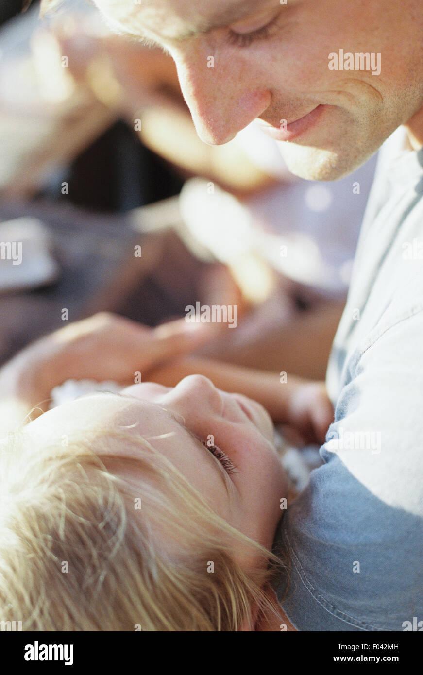 L'uomo trascorrere del tempo di qualità con la sua figlia. Immagini Stock