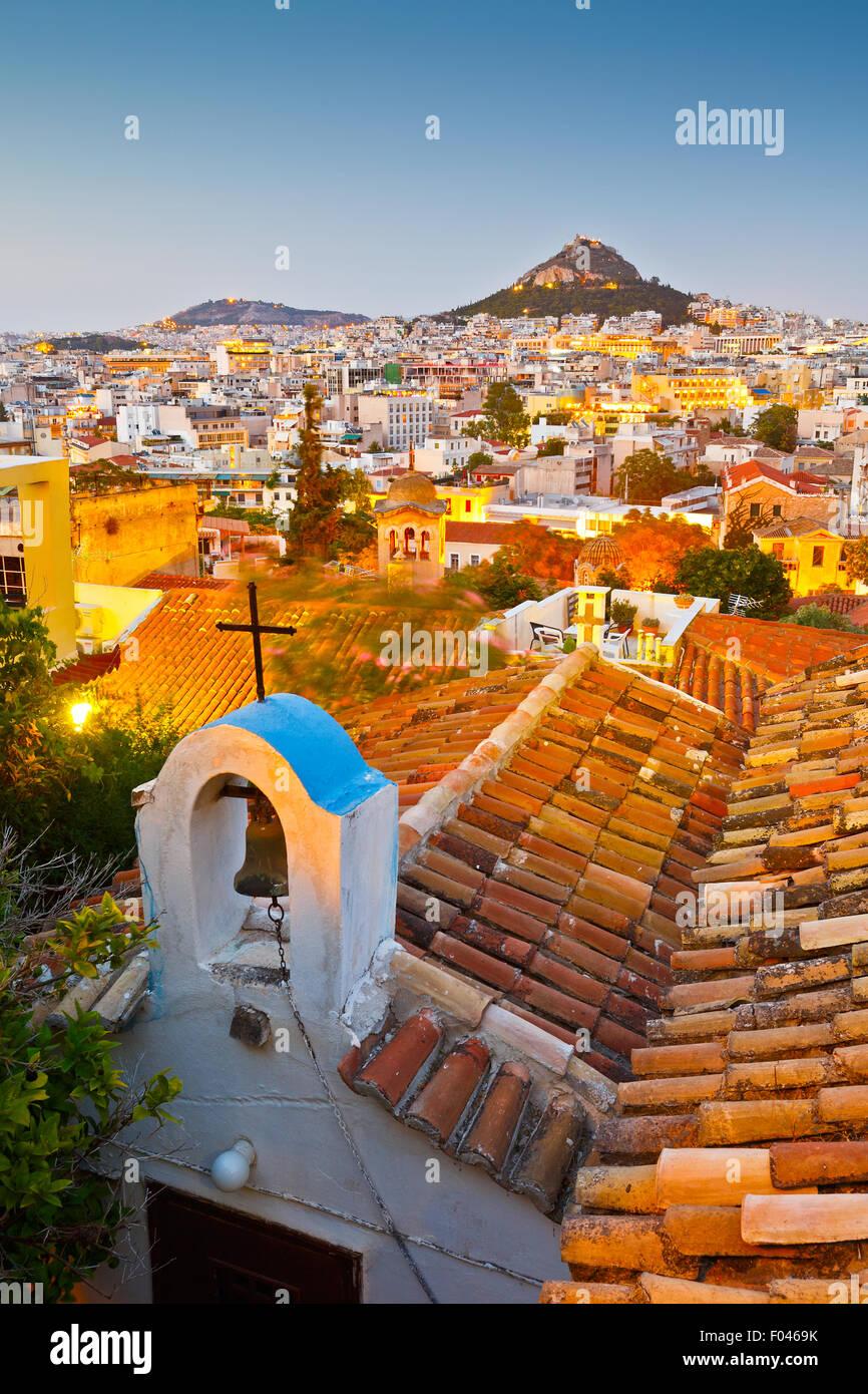 Vista della collina di Lycabettus e una piccola chiesa greco-ortodossa di Anafiotika, Atene. Foto Stock