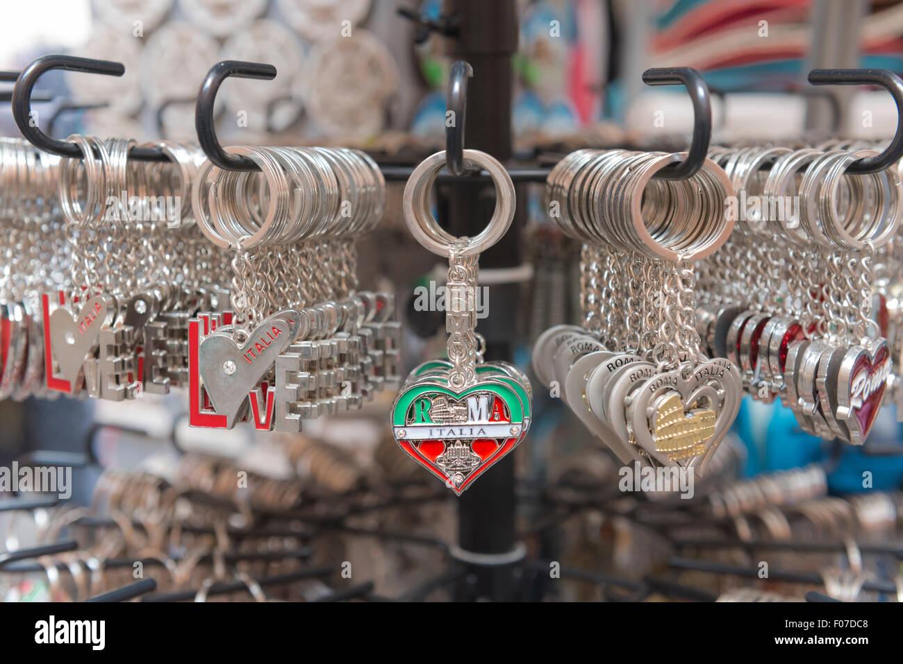 Italia Turismo, souvenir portachiavi in vendita al di fuori di un negozio nel centro storico (Centro Storico) di Immagini Stock