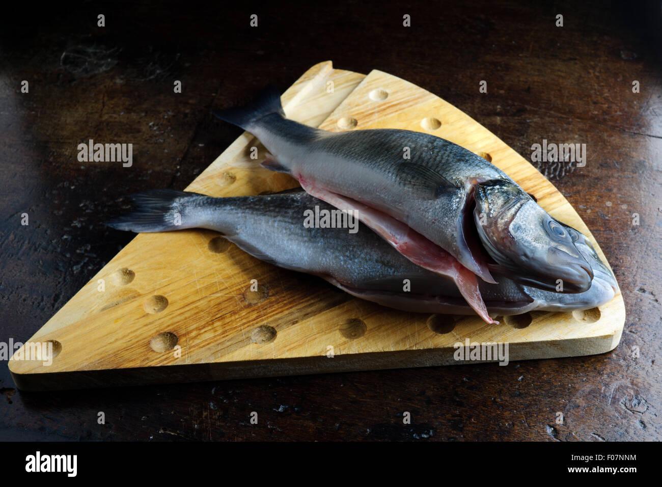 Uncoucked pesce su un vecchio tavolo marrone Immagini Stock