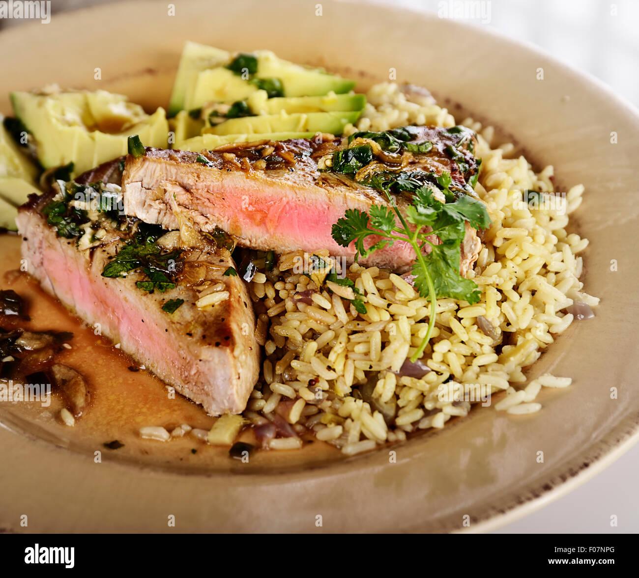 Ahi bistecca di tonno con riso e avocado Immagini Stock