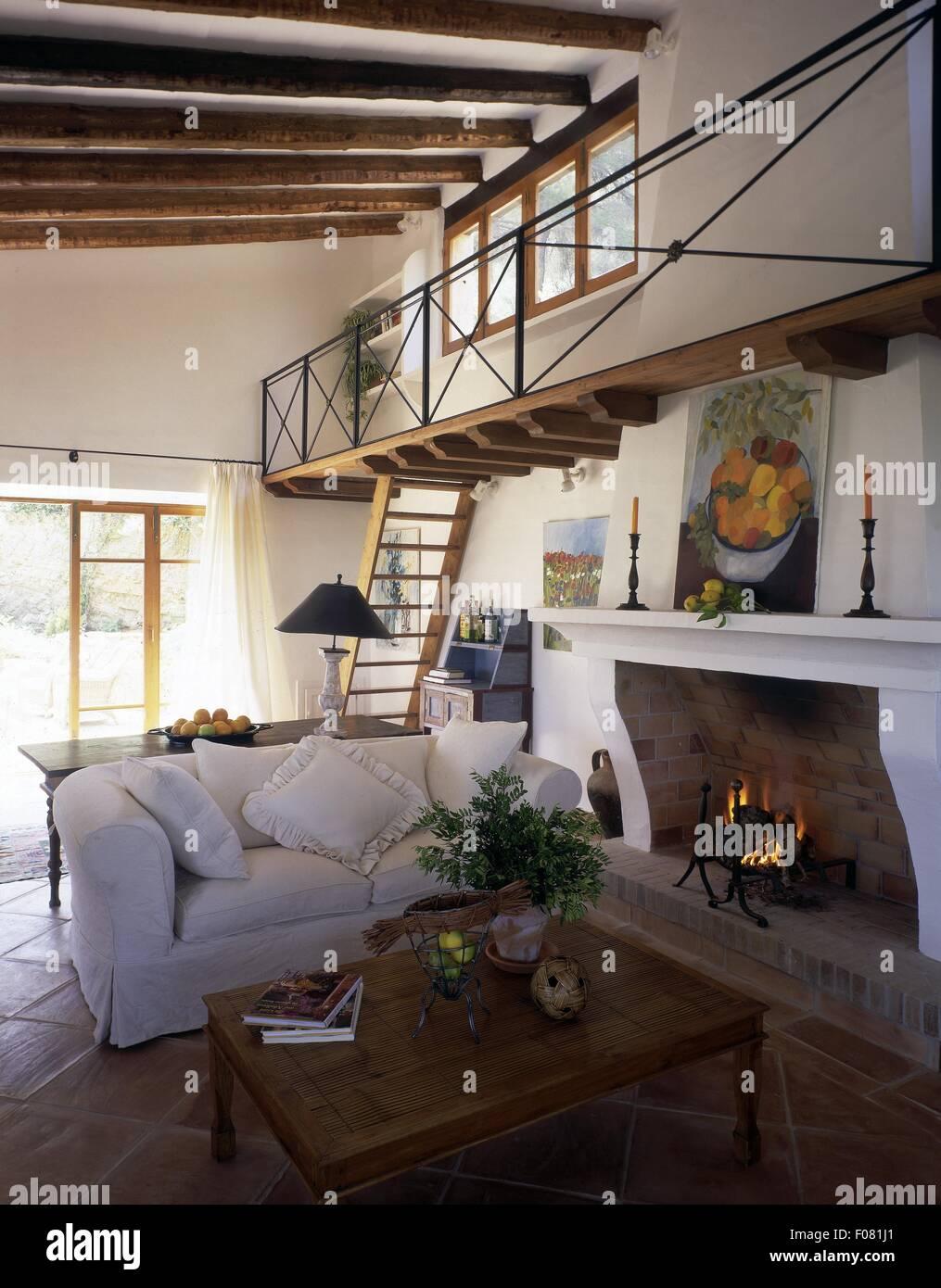 Soffitto Travi A Vista soggiorno con soffitto con travi a vista, scale, divano