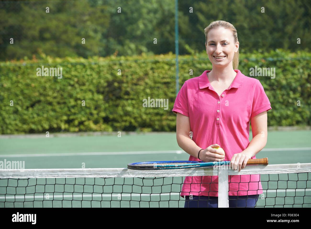 Ritratto di donna Istruttore di Tennis su corte Immagini Stock