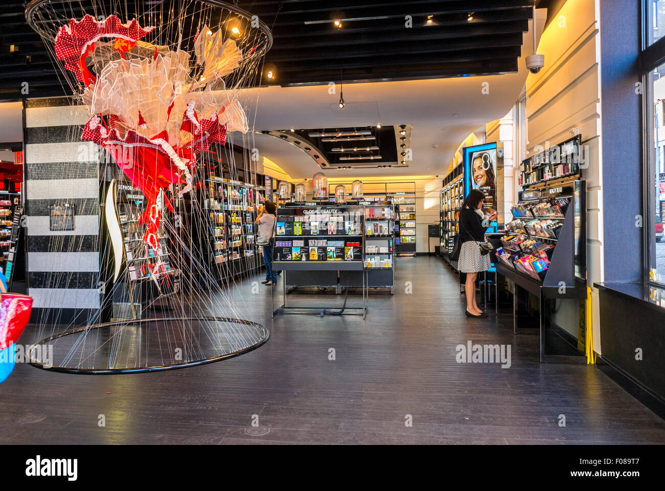 La città di New York, Stati Uniti d'America, Confezionamento carne distretto, People Shopping nel Negozio Immagini Stock
