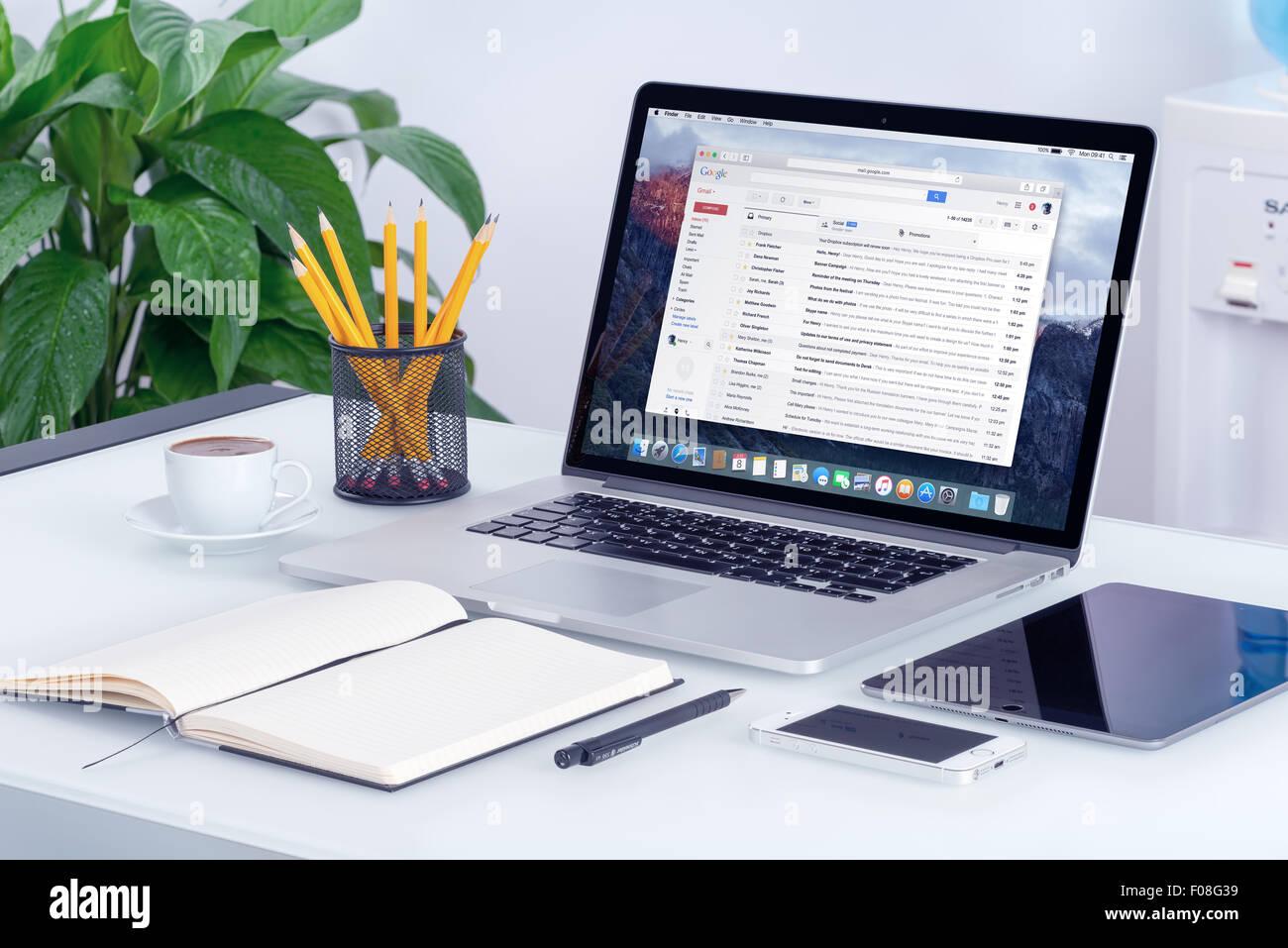 Varna, Bulgaria - 29 Maggio 2015: Google Gmail posta in arrivo interfaccia su Apple MacBook Pro uno schermo che Immagini Stock