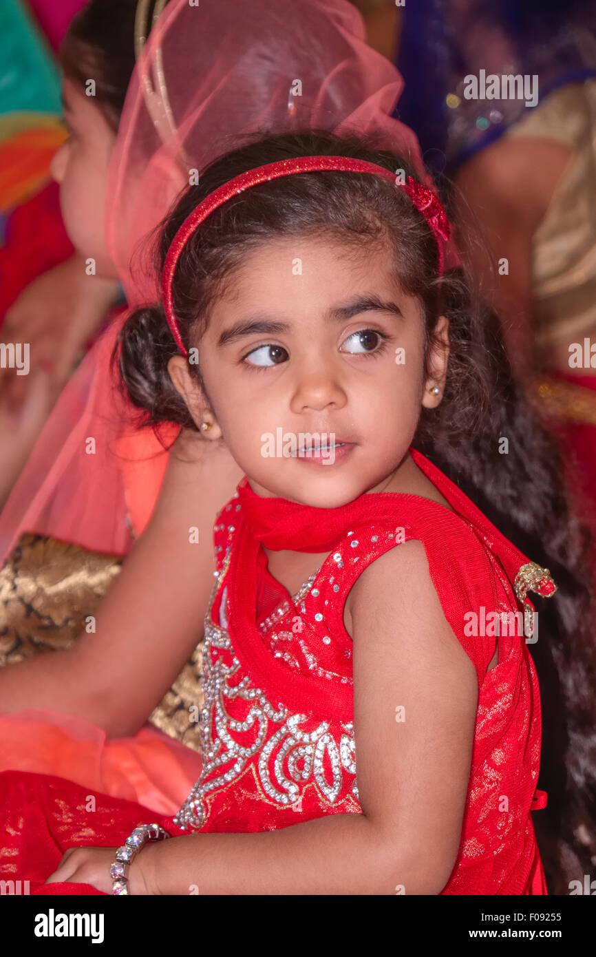 Giovane ragazza che indossa Sari al matrimonio Sikh in Brent Gurdwara Londra Immagini Stock