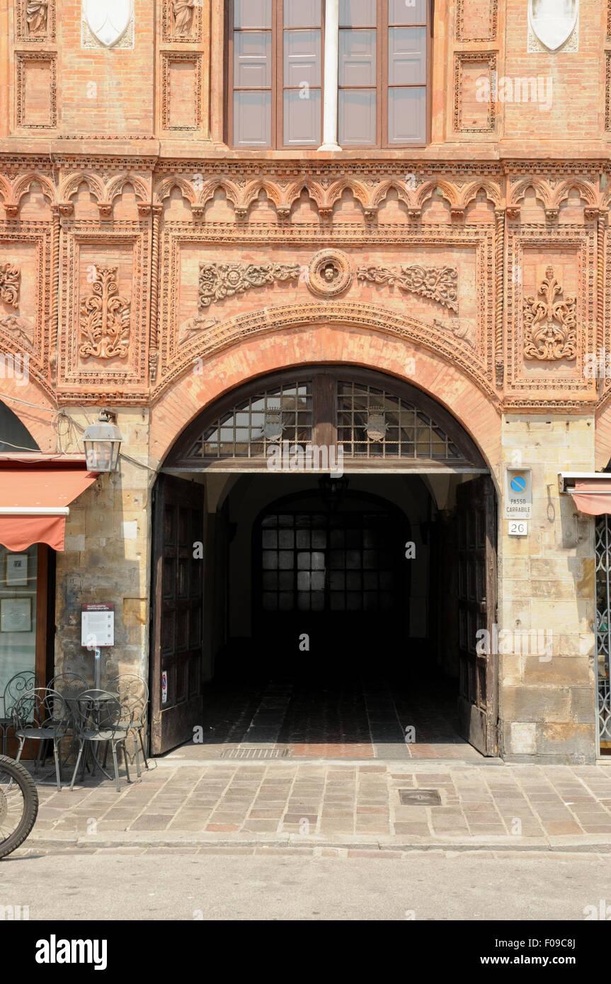 Archway presso il Palazzo Agnostini Venorsi della Seta, sulle rive del fiume Arno, Pisa, Italia. Immagini Stock