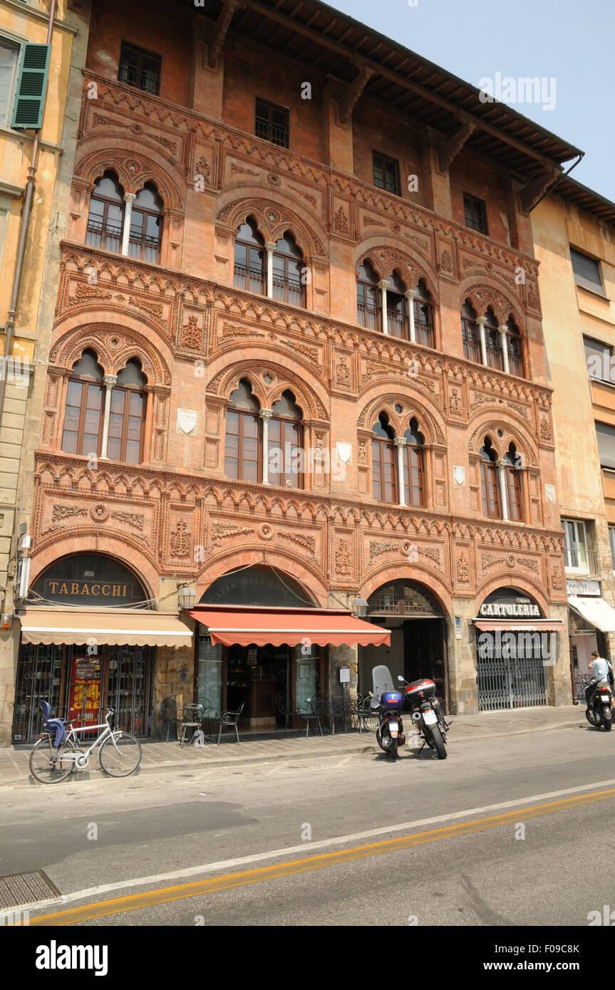 La facciata del Palazzo Agnostini Venorsi della Seta sulle rive dell'Arno, Pisa, Italia. Immagini Stock