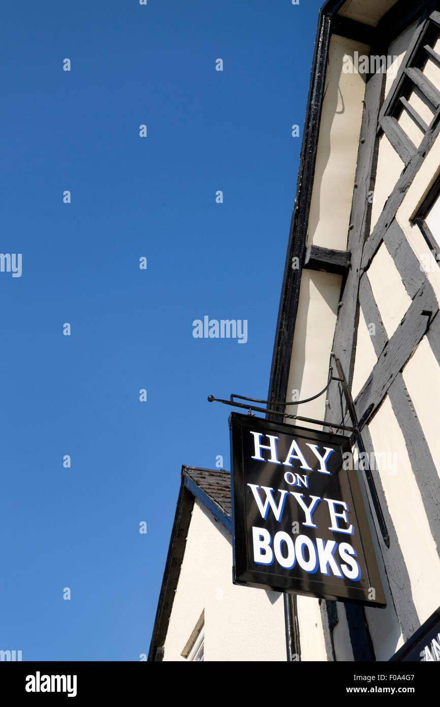 Segno pubblicità Hay-on-Wye libri appeso al di fuori di una frantumazione bookshop Immagini Stock