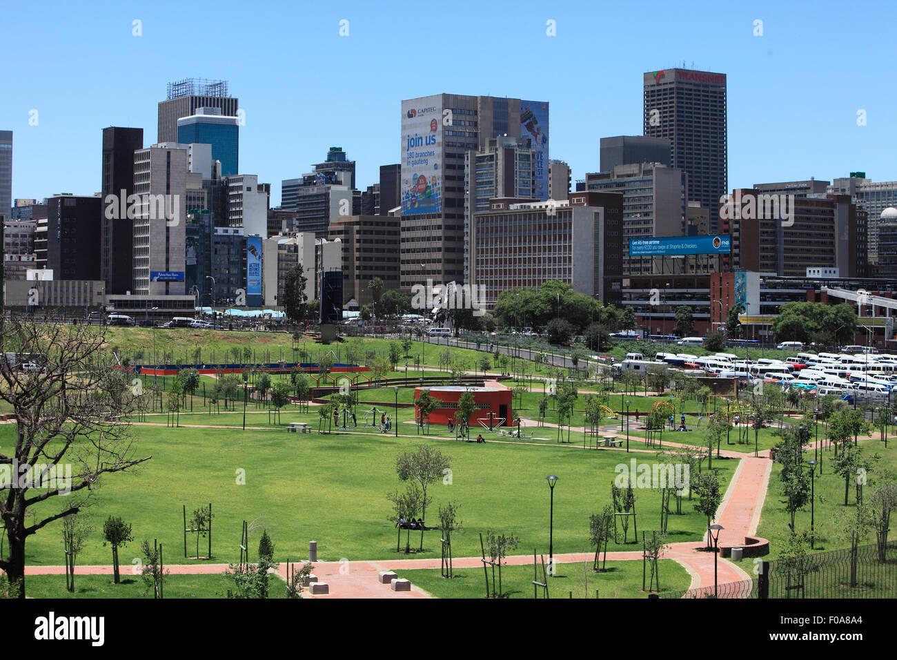 Sud Africa, Johannesburg. Vista da Joburg del primo tour bus della città interna CBD e il parco vicino Newtown. Immagini Stock