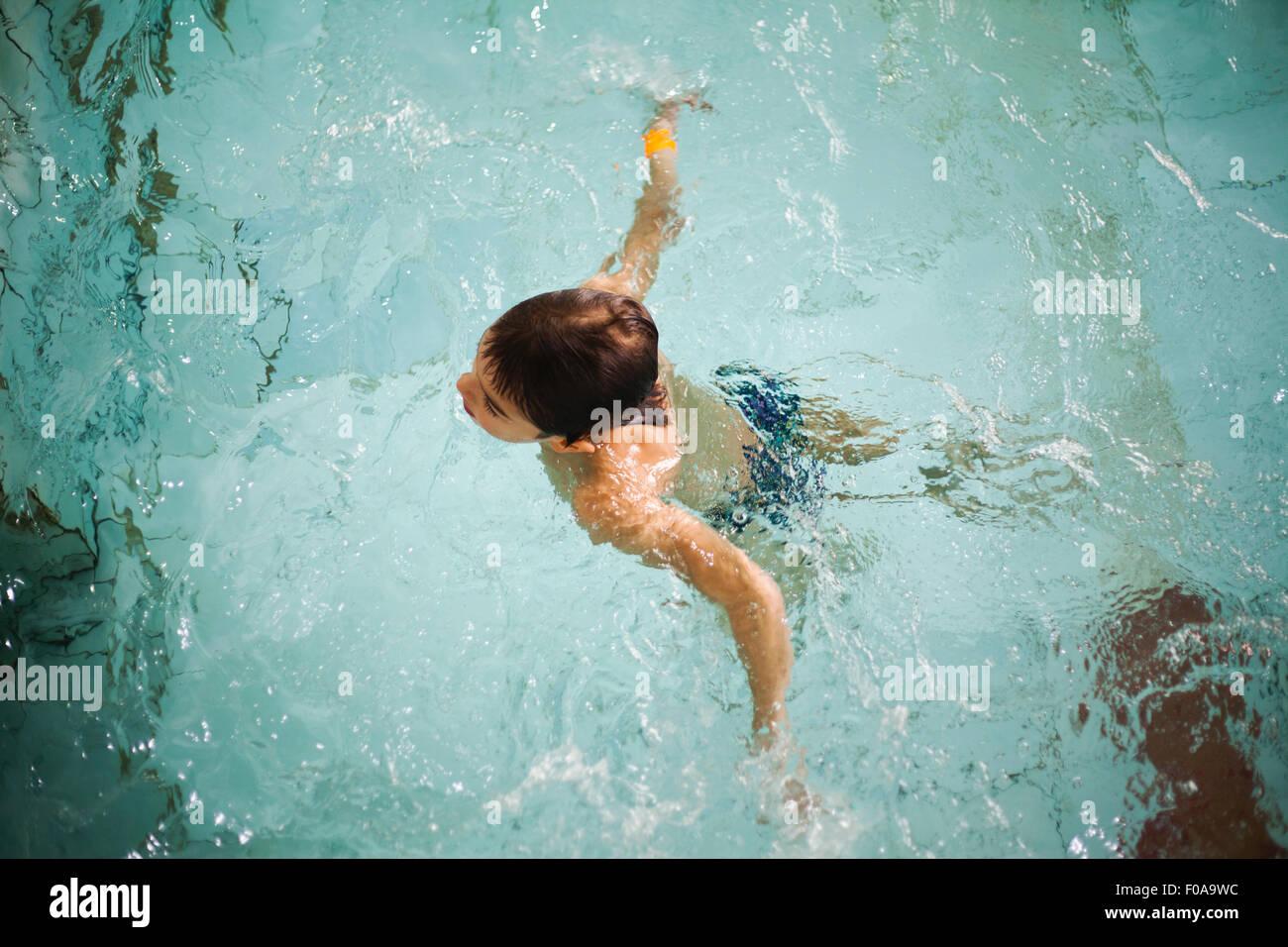 Angolo di Alta Vista del ragazzo di trattare l'acqua in piscina Foto Stock