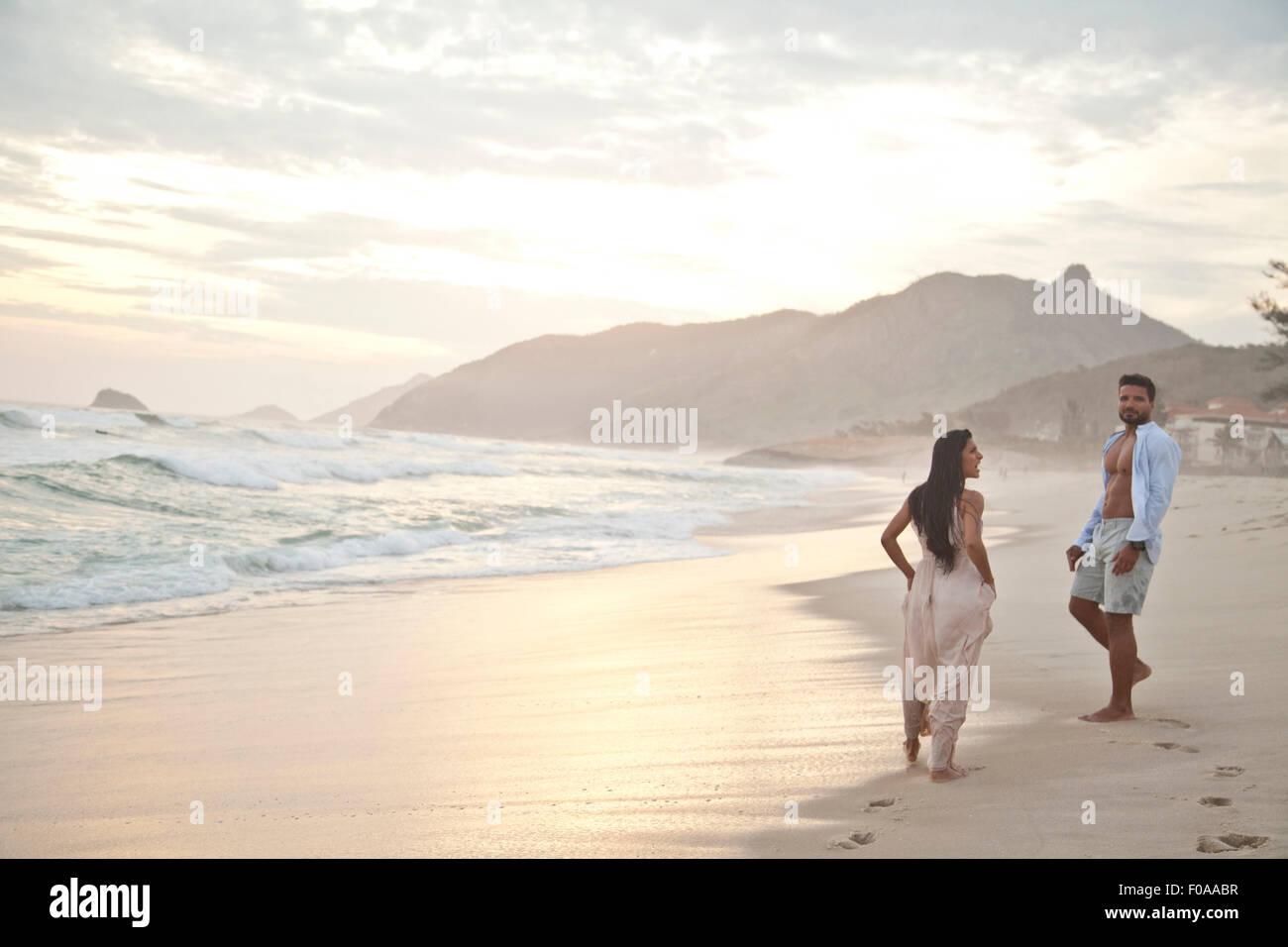 Metà adulto giovane sulla spiaggia, Rio de Janeiro, Brasile Immagini Stock