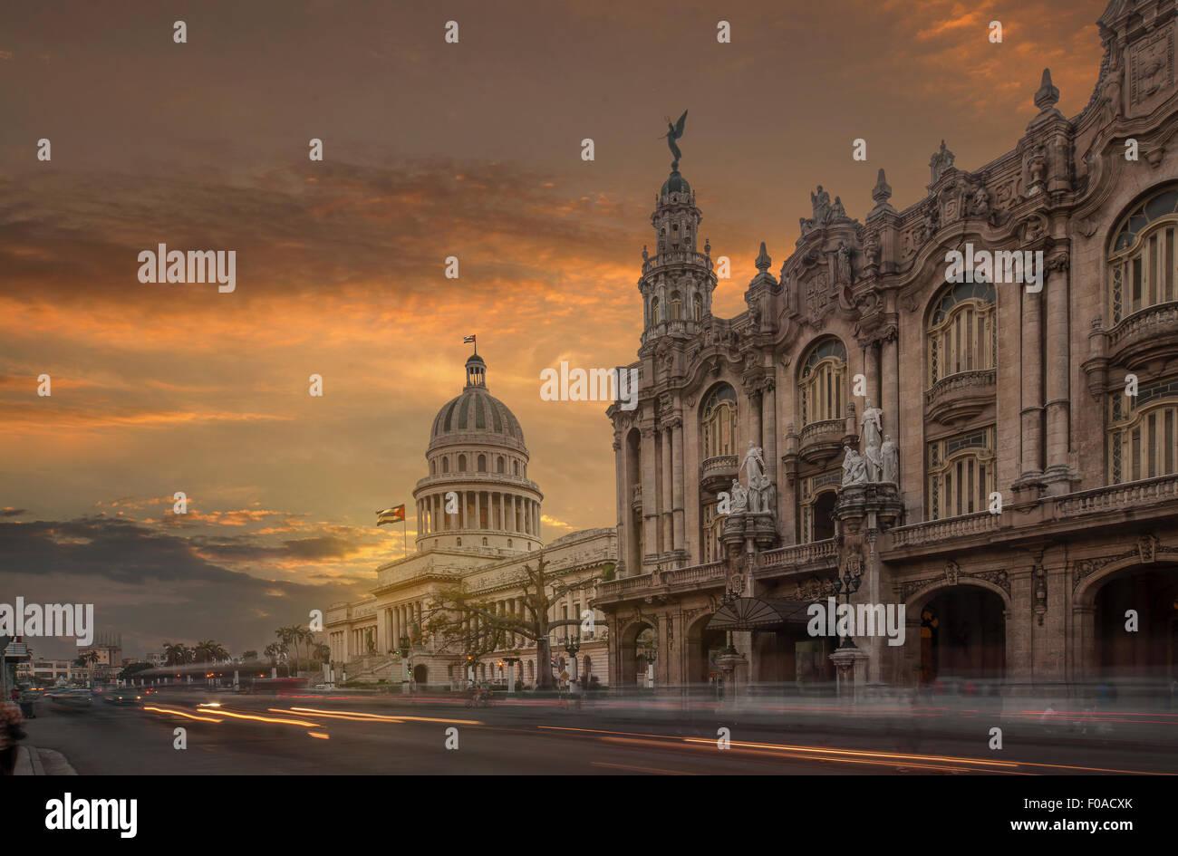 Il Capitol Building e il Teatro Nazionale al tramonto, Havana, Cuba Immagini Stock