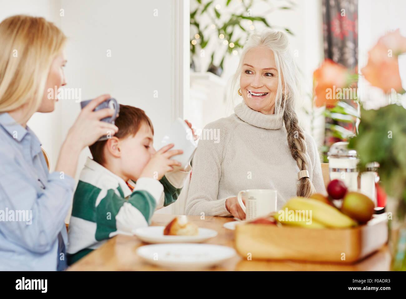 Tre generazioni la famiglia con colazione Immagini Stock