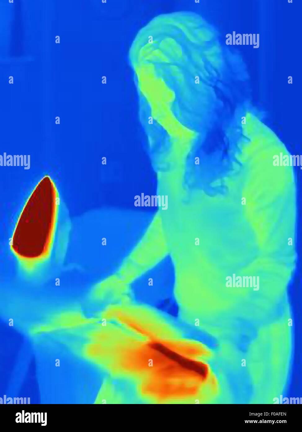 Immagine termica di donna matura la stiratura Immagini Stock