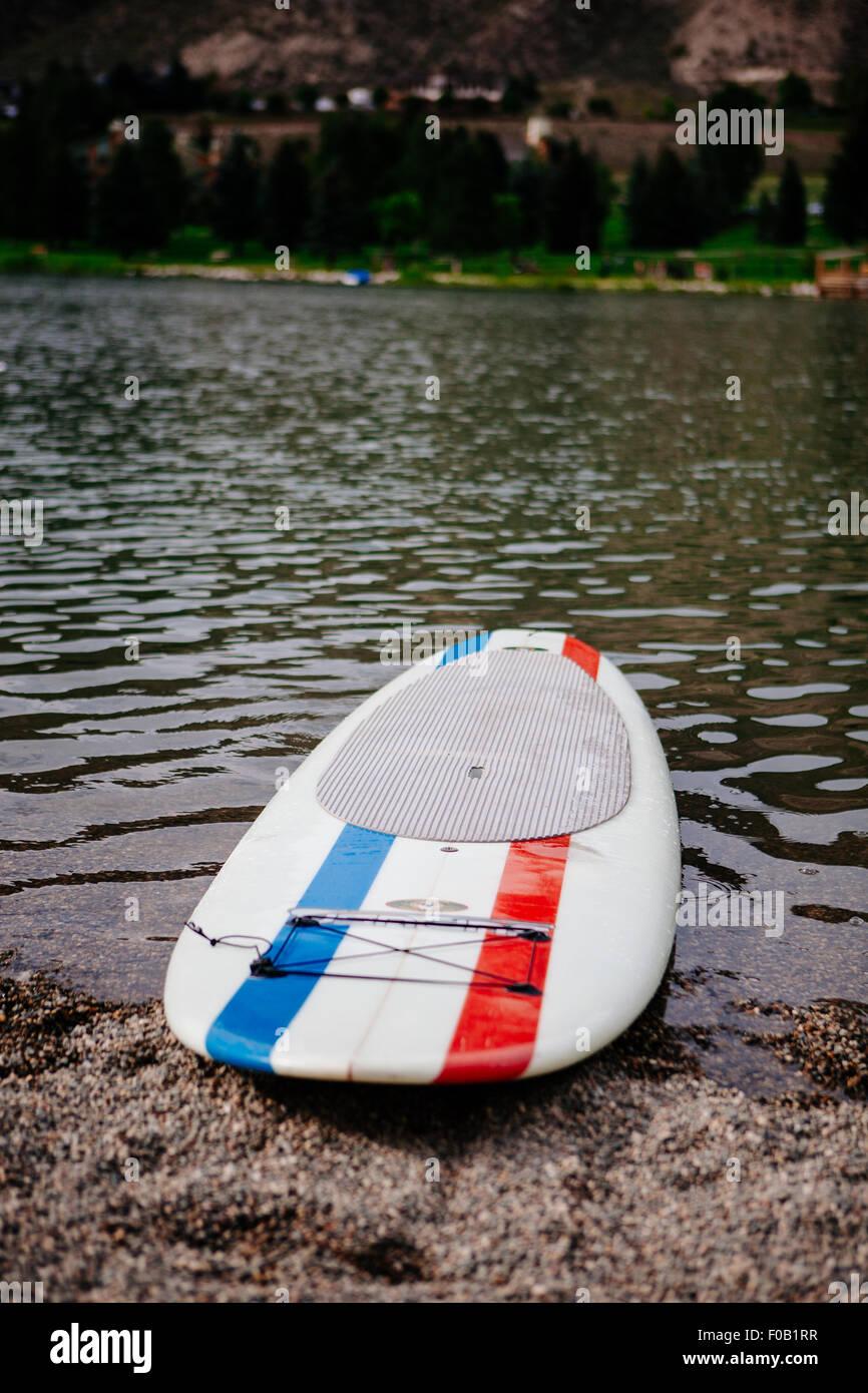 Un standup paddle board su un lago. Immagini Stock