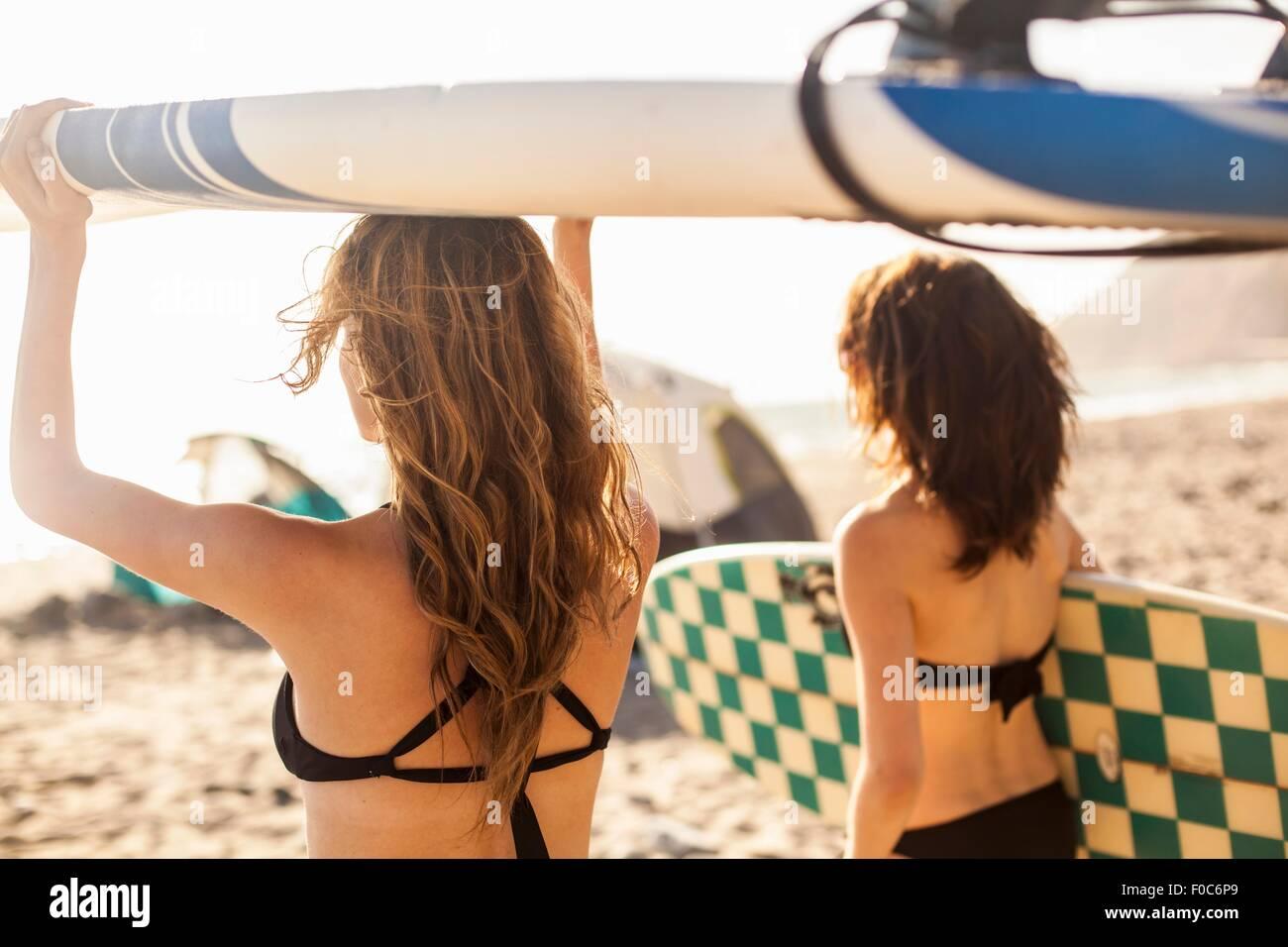 Fidanzate andando surf Immagini Stock
