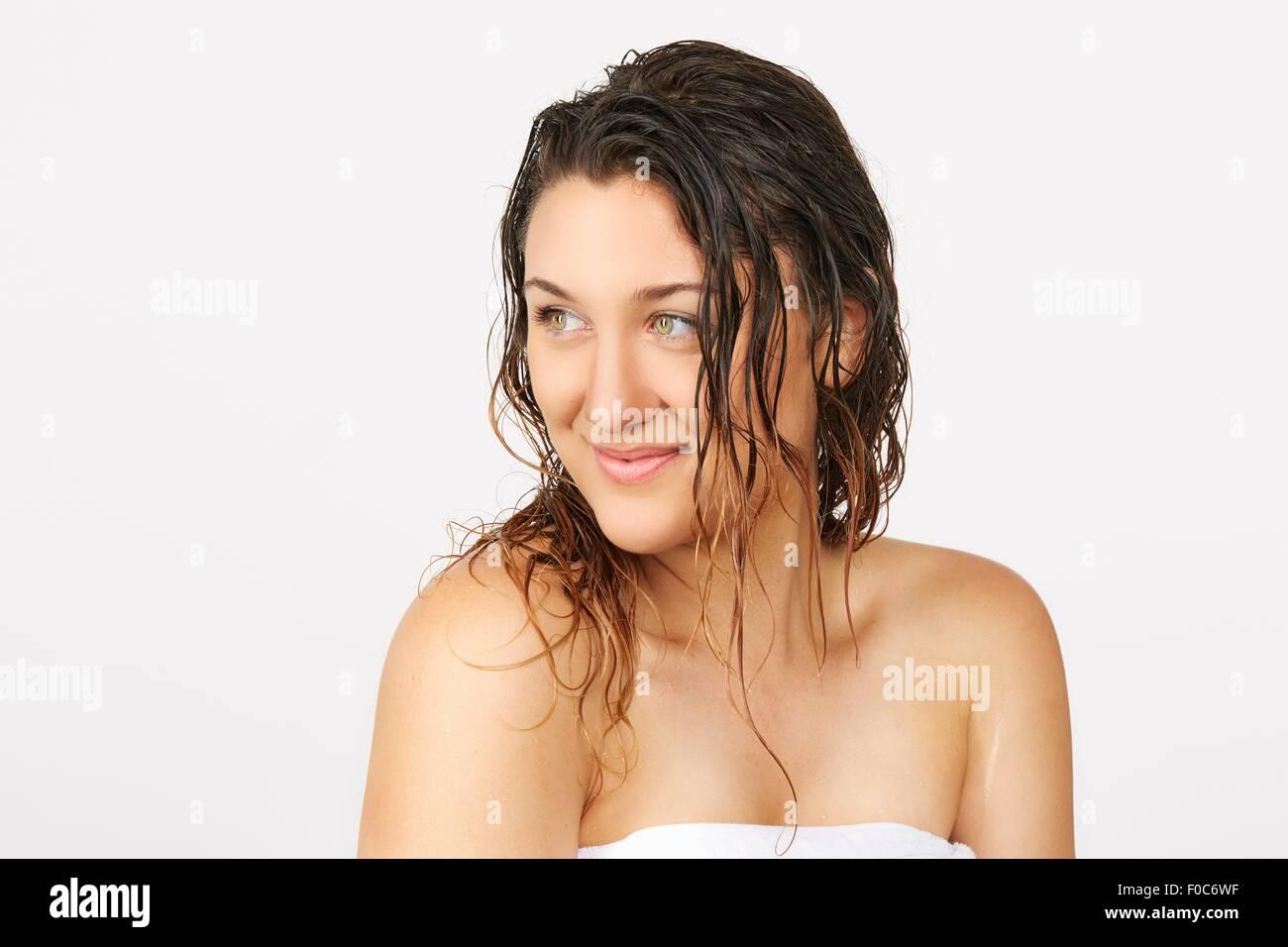 Giovane donna con i capelli bagnati asciugamano da indossare Foto ...