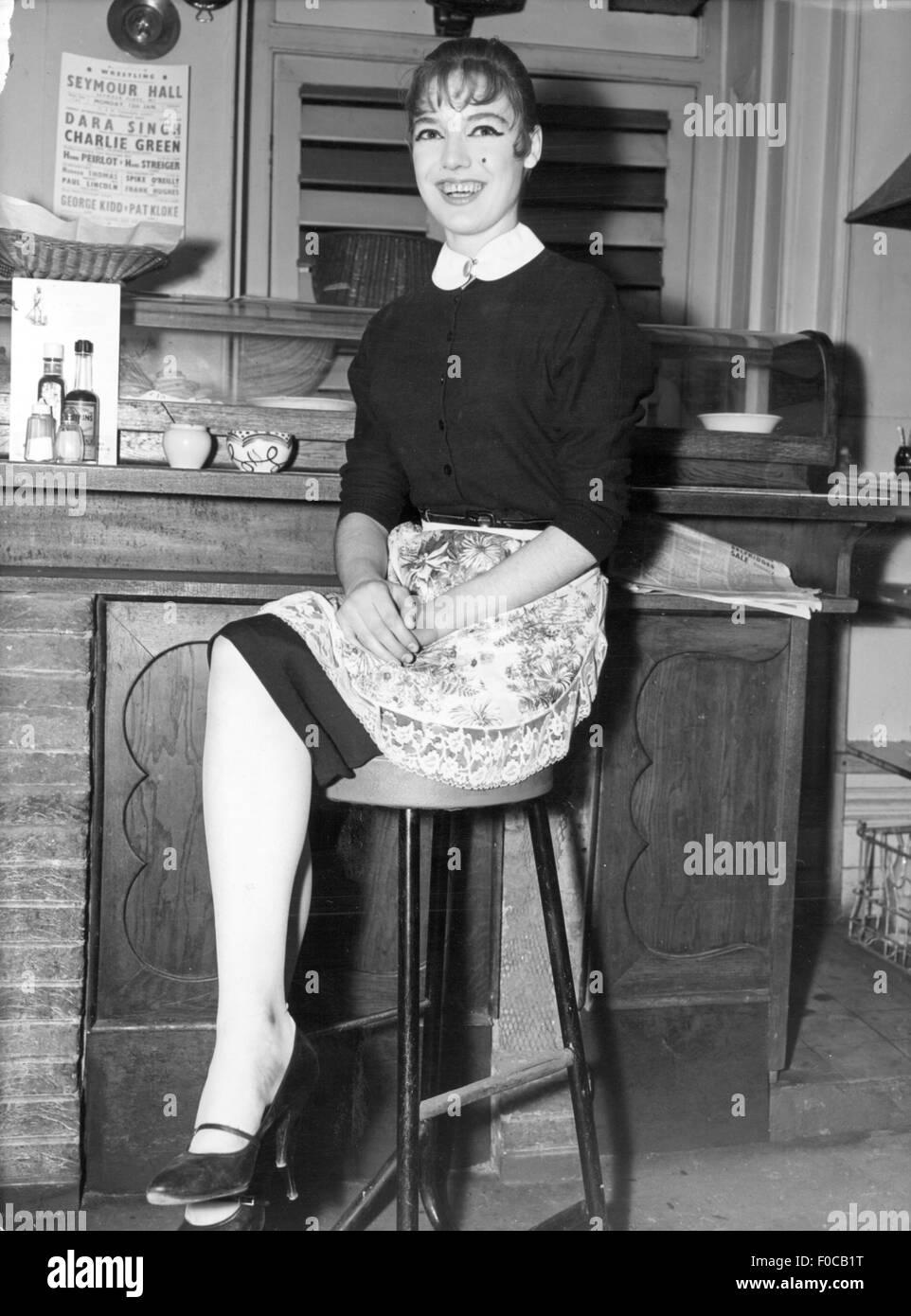 Donne, persone e 50s, runaway Maureen Chapman presso il suo nuovo posto di lavoro come segretaria in un Jazz Club Immagini Stock