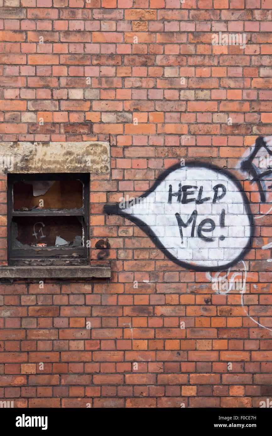"""'Help Me!"""" parole di graffiti nel discorso bolla accanto a proveniente dalla rotta fracassato intavolato Immagini Stock"""