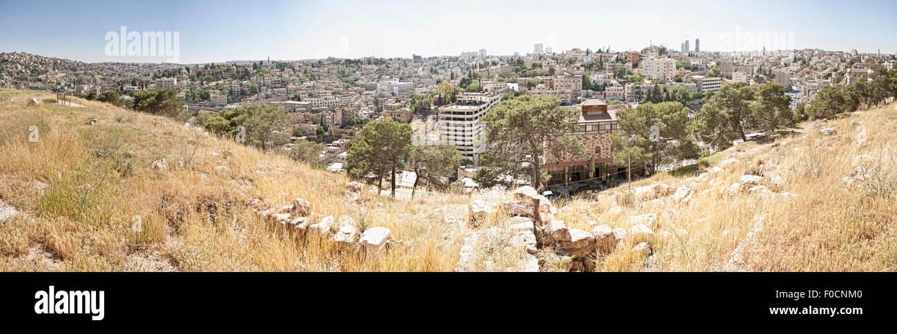 Panorama shot dalla cittadella di Amman che mostra il paesaggio urbano ad ovest di Jabal al-Qal'a. Immagini Stock