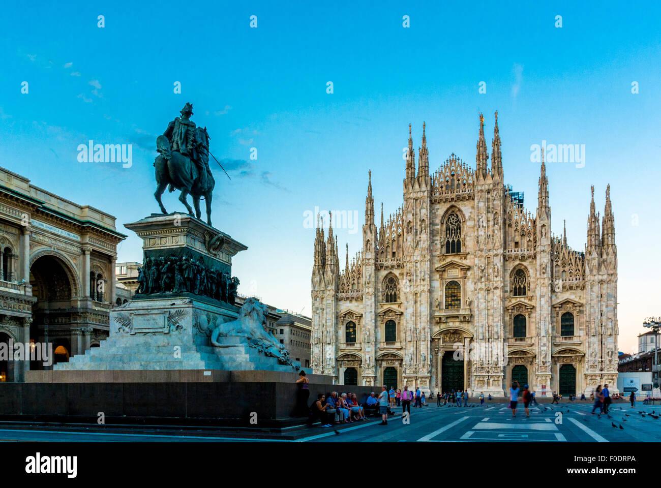 Il Duomo di Milano con la statua del Re Vittorio Emanuele II al crepuscolo. Milano, Italia Immagini Stock