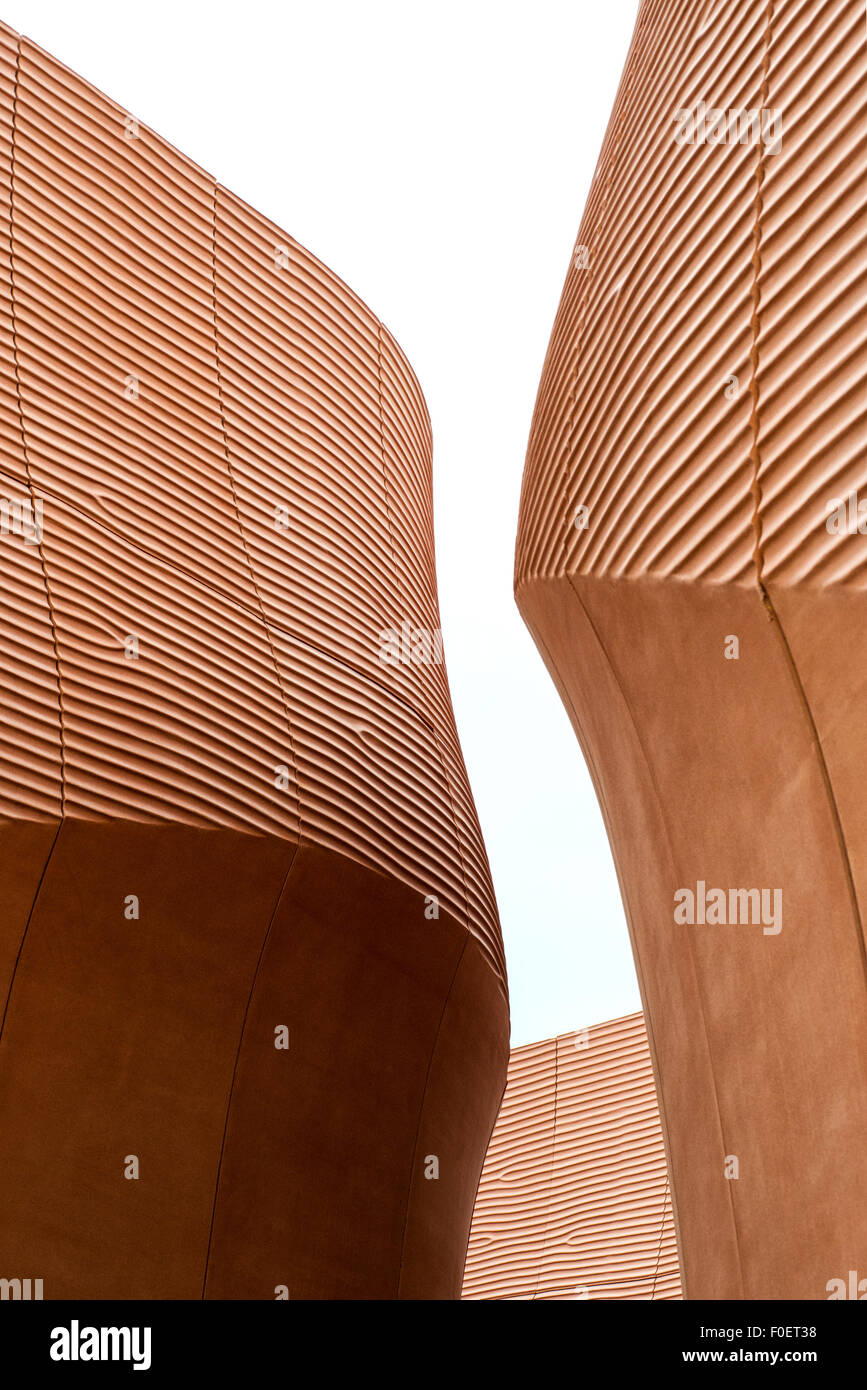 Curva di architettura moderna con un design futuristico Immagini Stock