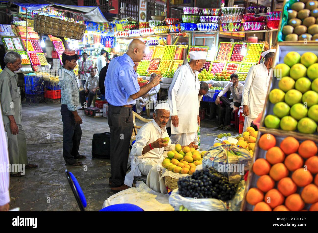 Mumbai, Maharashtra. 2 Apr 2014. 01 aprile 2014, Mumbai - India.Vista della Ram morde il negozio di frutta chiamato Immagini Stock