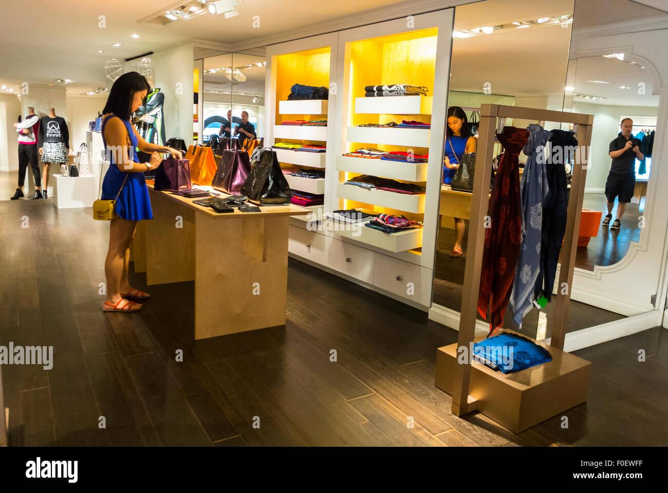 online store a4d7b ead23 Parigi, Francia, donna cinese Shopping all'interno del ...