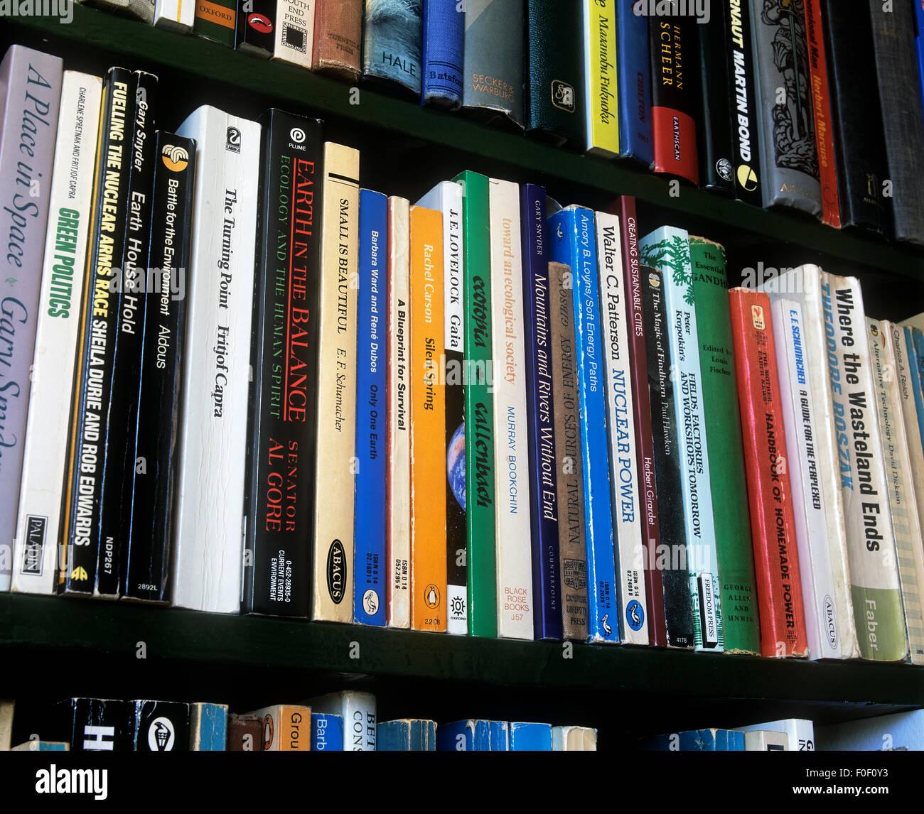 Una selezione di libri principalmente sulle questioni ambientali e argomenti correlati. Immagini Stock