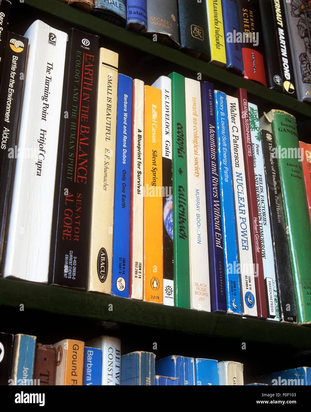Una selezione di libri, principalmente sulle questioni ambientali e argomenti correlati. Immagini Stock
