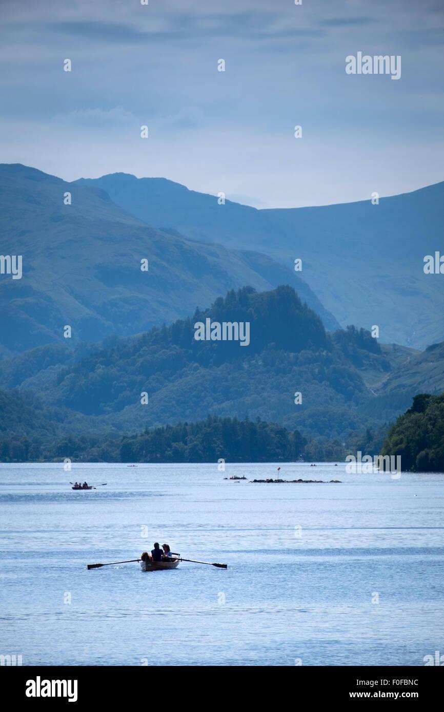 Barche a remi su Derwentwater a Keswick nel distretto del lago, Cumbria, Regno Unito Immagini Stock