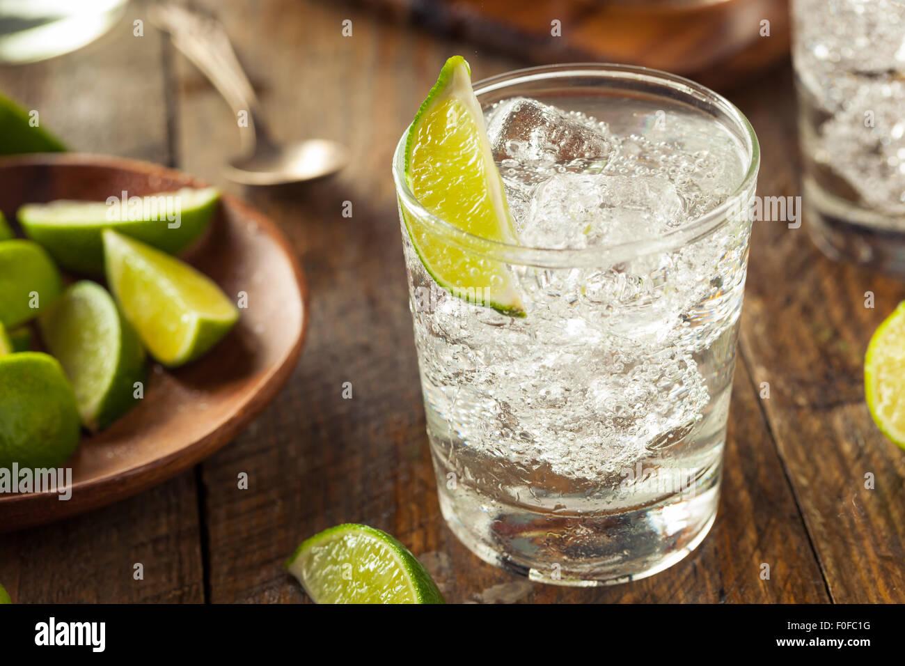 Bevande Gin Tonic con un calce guarnire Immagini Stock