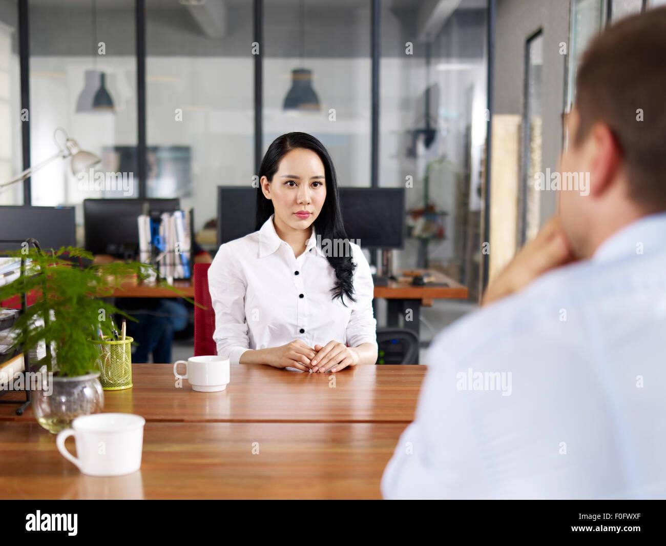 Teso e nervoso giovane donna asiatica nel colloquio di lavoro Immagini Stock