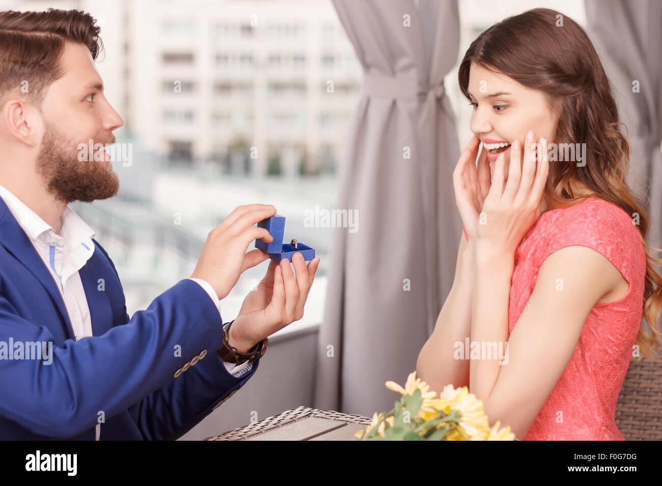 L'uomo facendo proposta alla sua ragazza Immagini Stock