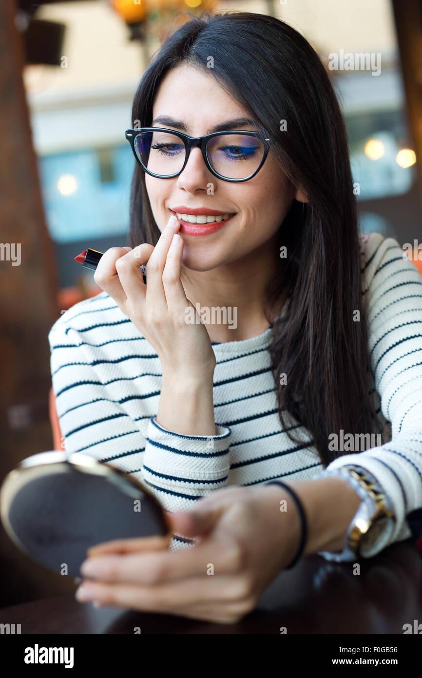 Ritratto di giovane donna bella che compongono il suo volto. Immagini Stock