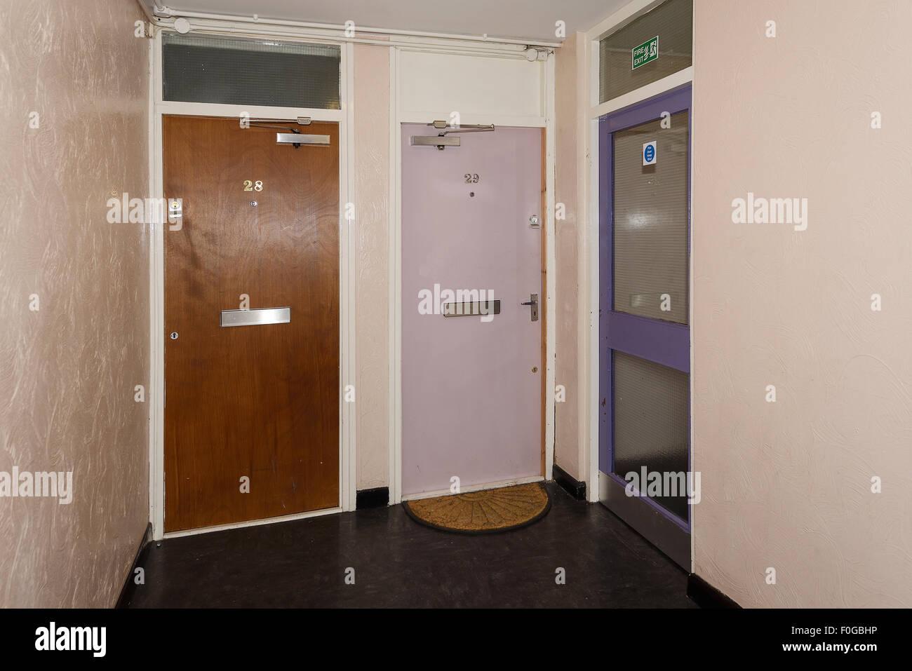Le porte anteriori a due appartamenti all'interno di un consiglio eseguire torre residenziale blocco in Birmingham Immagini Stock