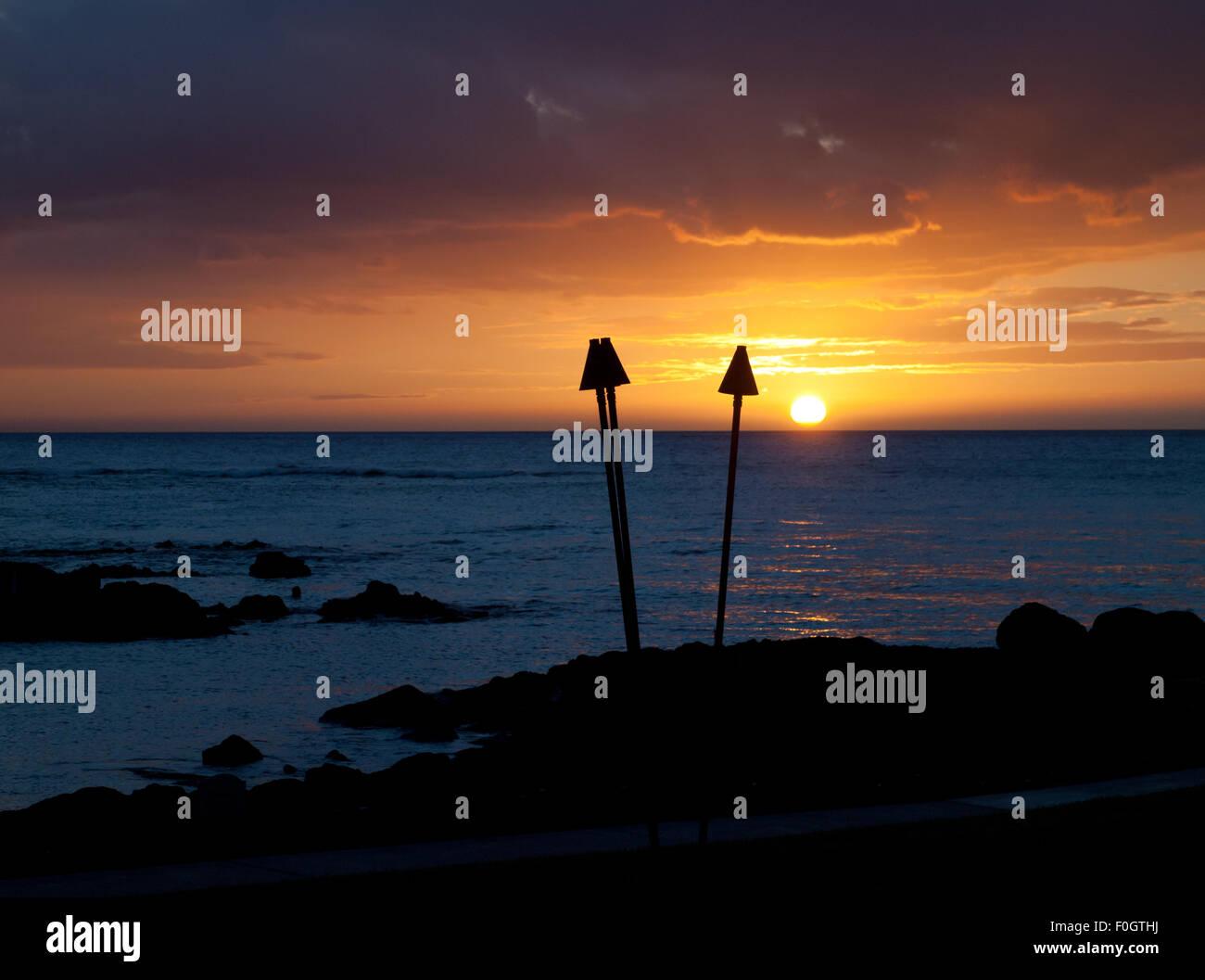 Una vista di una splendida torcia tiki tramonto visto dal Brown's Beach House presso il Fairmont Orchid, Kohala Immagini Stock