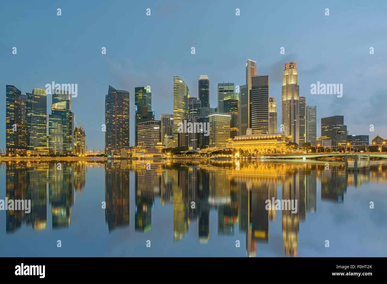 Singapore skyline della città di notte Immagini Stock