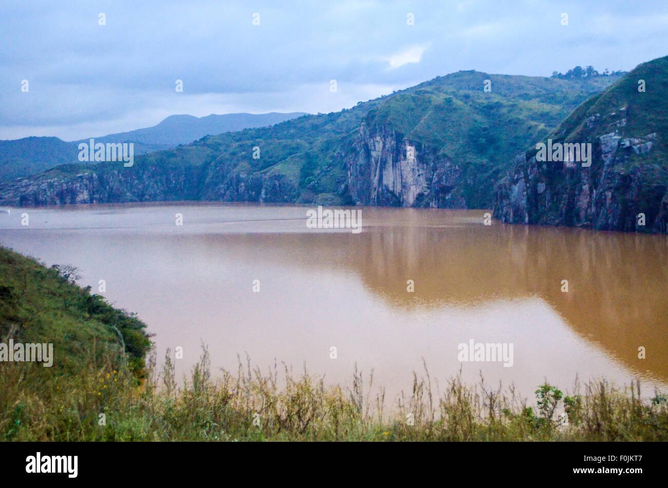 Il lago Nyos lungo la Bamenda Ring Road, Northwest, Cameroun / Camerun, con toxix CO2 (anidride carbonica) emissioni Immagini Stock