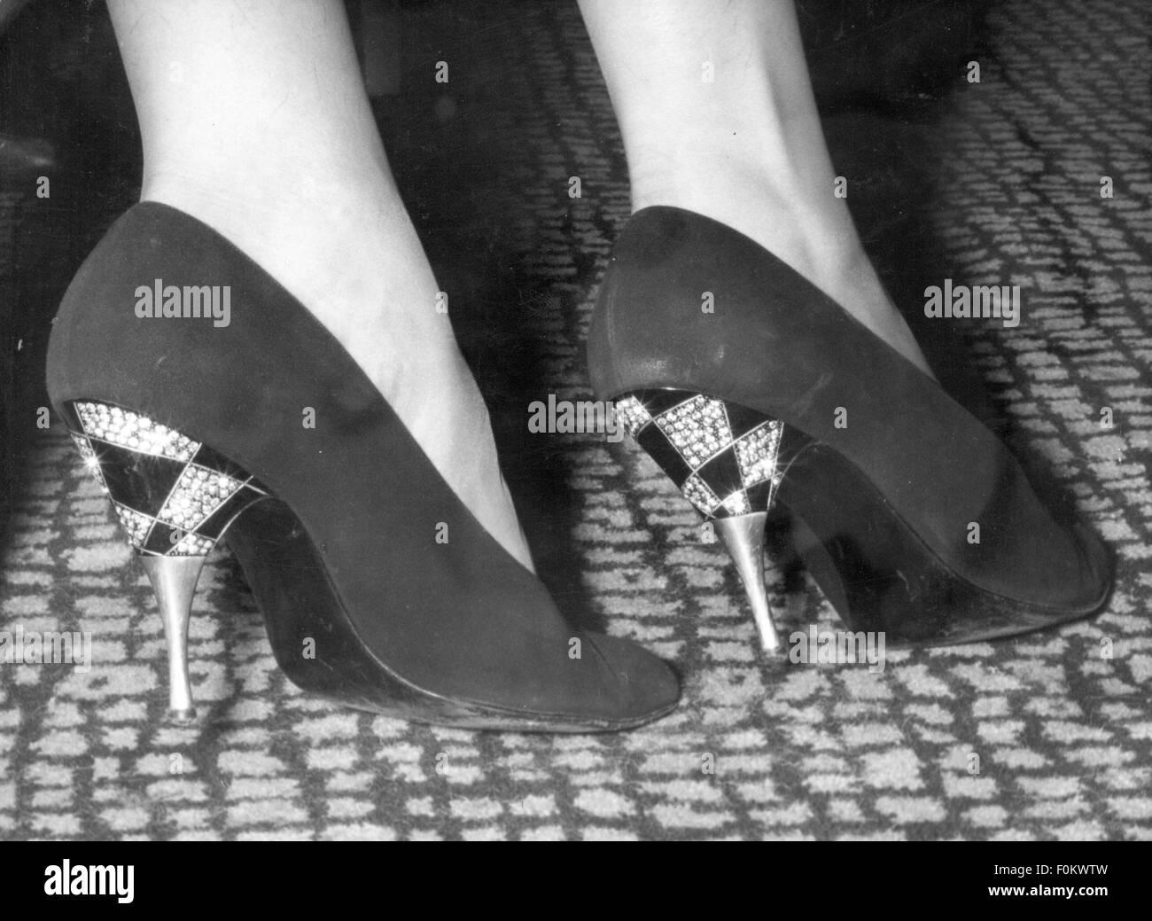 La moda degli anni cinquanta, scarpe con i tacchi alti calzatura adornata con brillanti e strass, indossato da attrice Immagini Stock