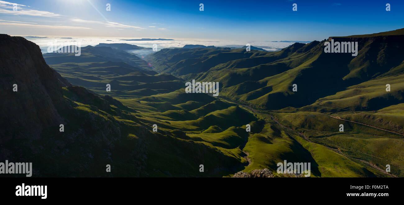 Vista da Sani passano alla gamma di Drakensberg, Africa Foto Stock