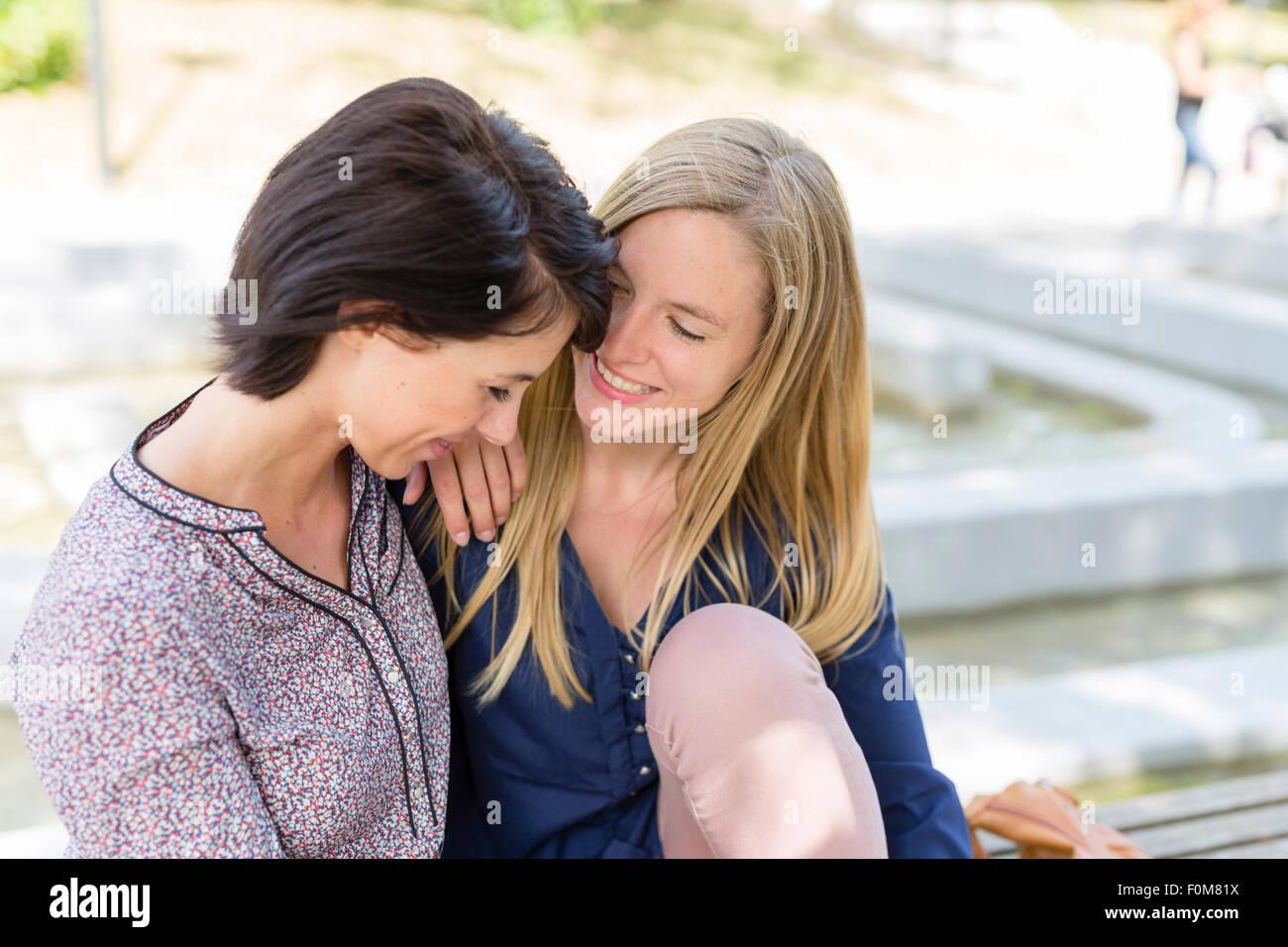 Due amiche ridere insieme e parlare Immagini Stock