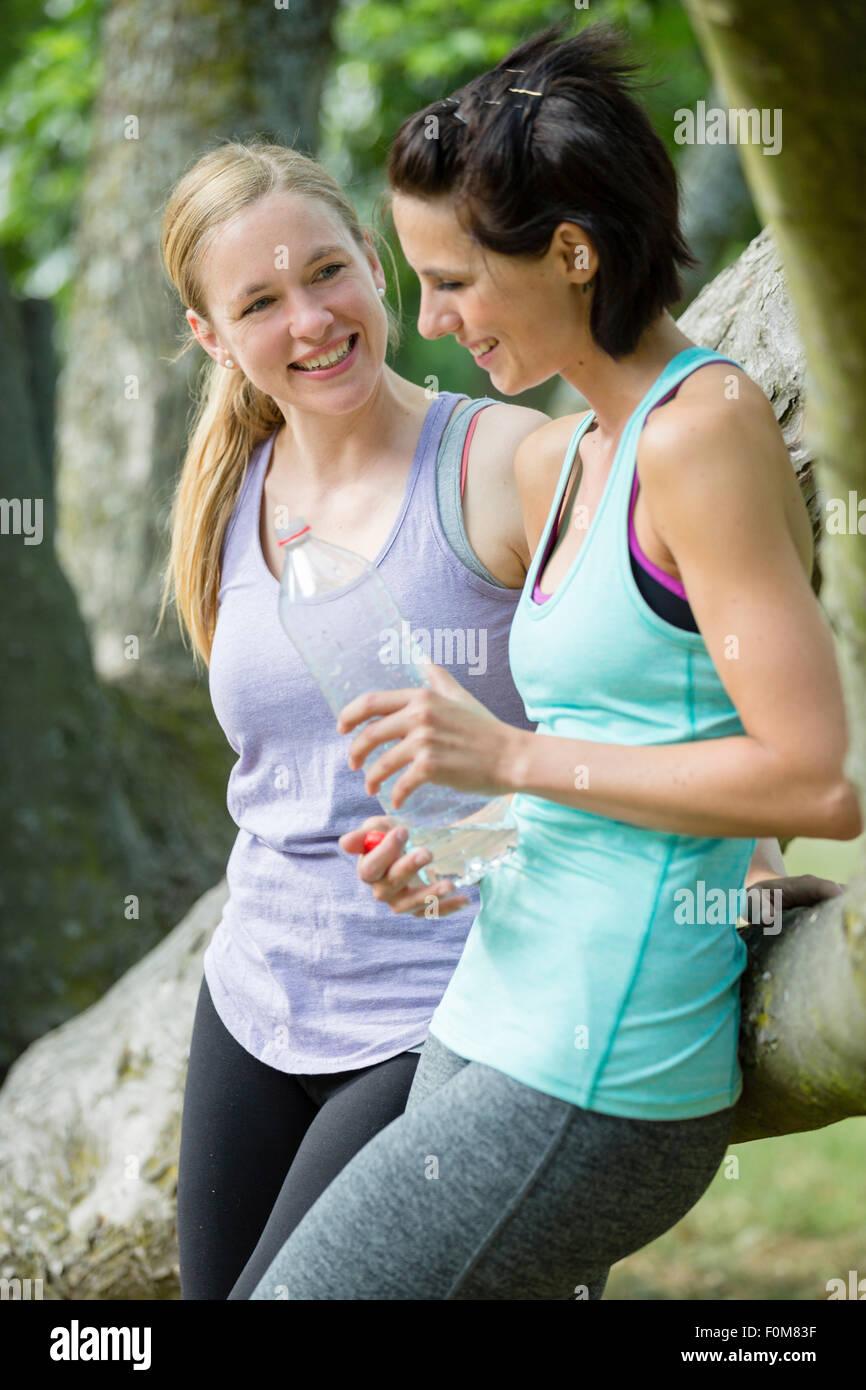 Due donne nel parlare di abbigliamento sportivo Immagini Stock
