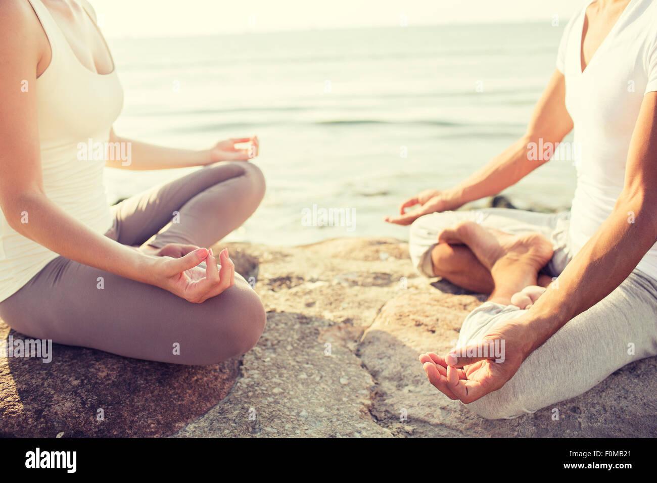 Chiusura del giovane facendo esercizi di yoga all'aperto Immagini Stock