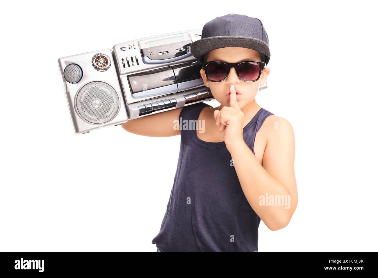 Little Boy in hip-hop outfit portante un ghetto blaster e tenendo il dito  sulle 7e64df2cce87