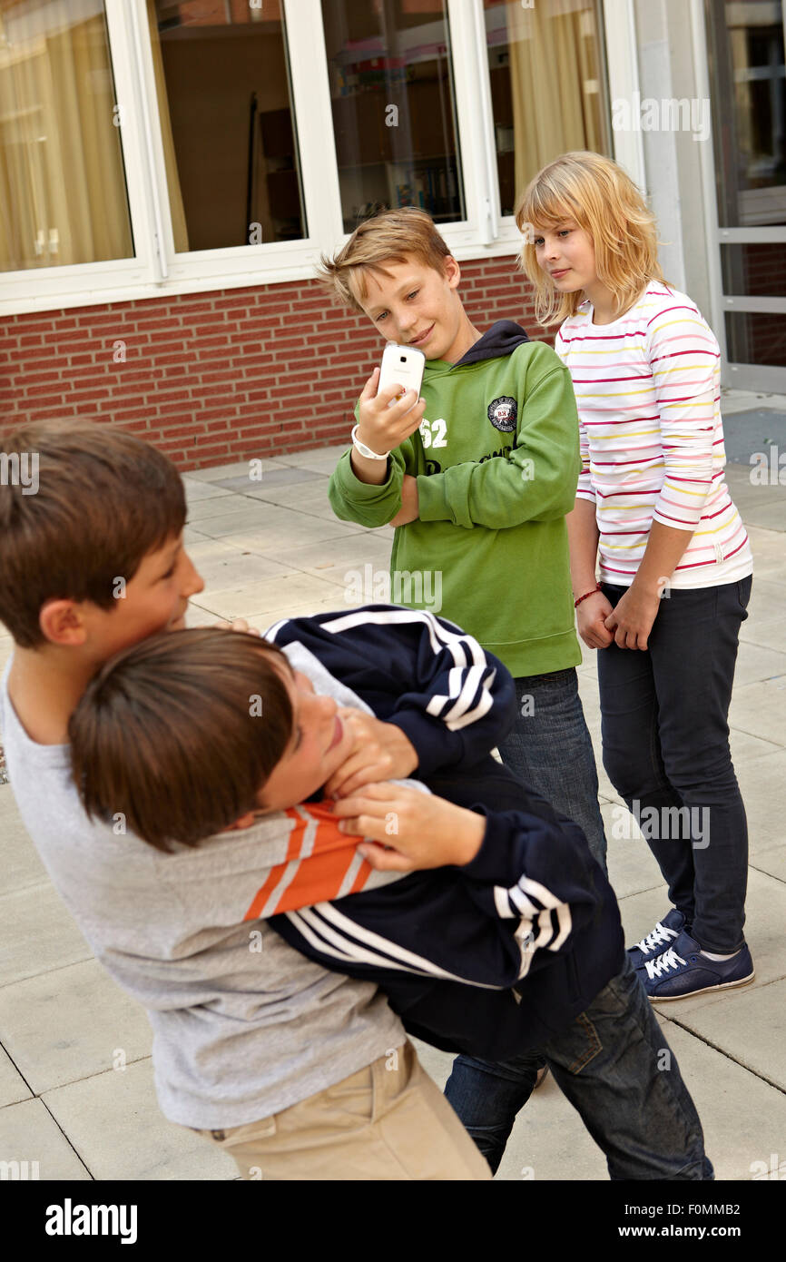 Cyber bullismo nel schoolyard Immagini Stock