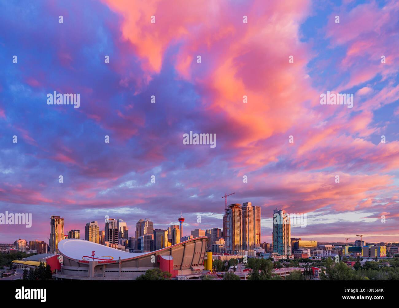 Lo skyline di Calgary all'alba, Calgary, Alberta, Canada Immagini Stock