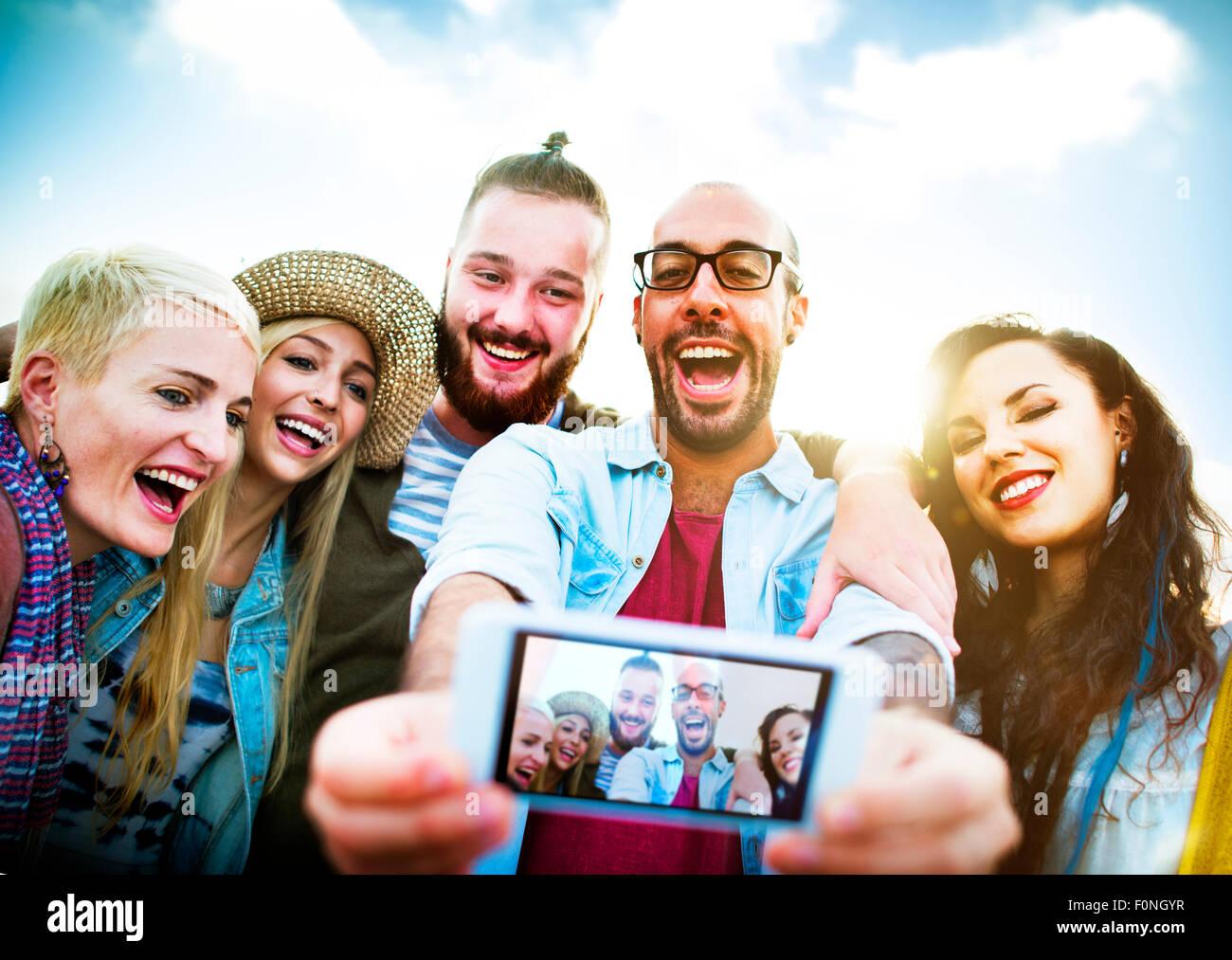 Diverse persone Beach Estate divertimento amici Selfie Concept Immagini Stock