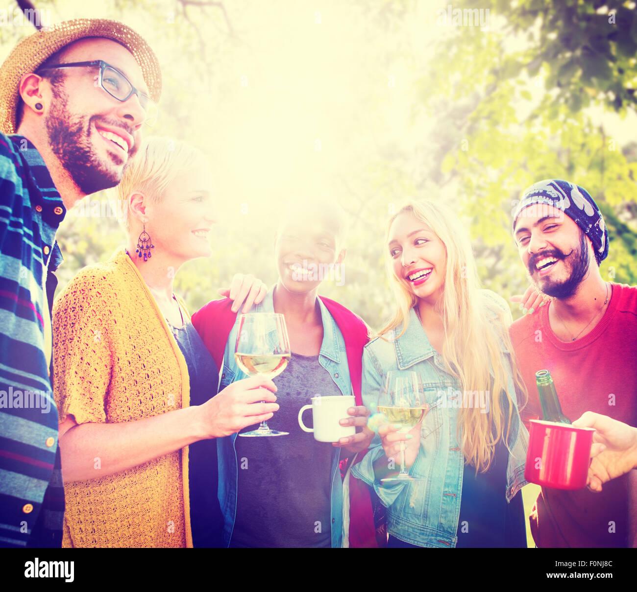 Amico celebrare la festa gioiosa Picnic Lifestyle concetto potabile Immagini Stock